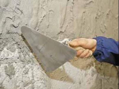 Набрасывание грунта при ручной укладке гипсовой штукатурки